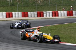 Giancarlo Fisichella, Renault F1 Team, R27 and Nico Rosberg, WilliamsF1 Team, FW29
