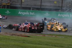 Start crash involving Helio Castroneves, Team Penske Chevrolet and Scott Dixon, Chip Ganassi Racing Chevrolet and others