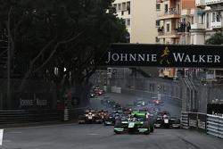 Richie Stanaway, Status Grand Prix leads Raffaele Marciello, Trident at the start