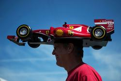 Ferrarifan met een auto op zijn hoofd