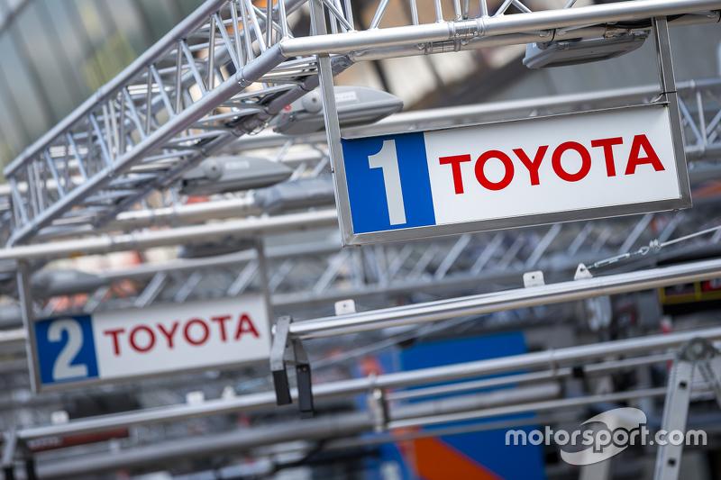 #1 en #2 Toyota Racing pitbox