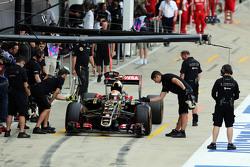Pastor Maldonado, Lotus F1 E23 in the pits
