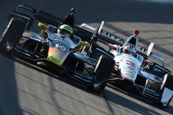 Tony Kanaan, Chip Ganassi Racing Chevrolet and Helio Castroneves, Team Penske Chevrolet