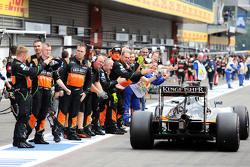 Sergio Perez, Sahara Force India F1 VJM08 viert met het team na de finish