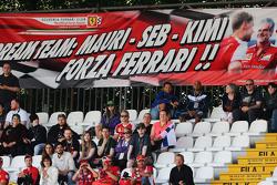 Fans in de tribunes met spandoek voor Ferrari
