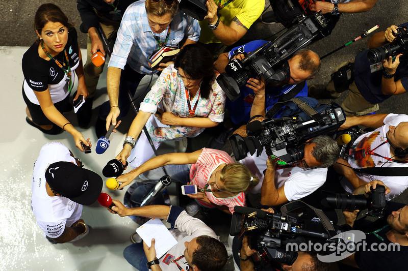 Lewis Hamilton, Mercedes AMG F1 Team con los medios