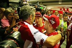 Ganaddor, Sebastian Vettel, Ferrari celebra con Maurizio Arrivabene, Ferrari y Kimi Raikkonen, Ferrari