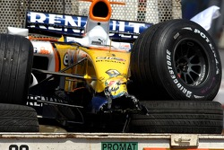Damaged car of Giancarlo Fisichella, Renault F1 Team, R27