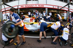 Renault F1 Team, R27, pitstop practice