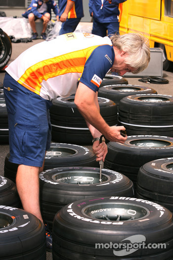 Renault F1 Team, prepare their tyres