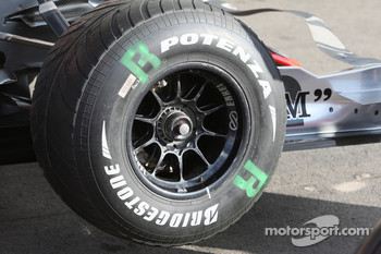 McLaren Mercedes, MP4-22, Front left wheel