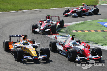 Jarno Trulli, Toyota Racing, TF107 and Giancarlo Fisichella, Renault F1 Team, R27