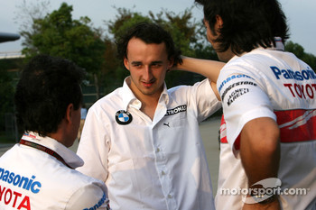 Robert Kubica,  BMW Sauber F1 Team, talks with Toyota Racing mechanics