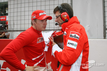 Kimi Raikkonen, Scuderia Ferrari, Chris Dyer, Scuderia Ferrari, Track Engineer of Kimi Raikkonen- Formula 1 World Championship, Rd 16, Chinese Grand Prix, Sunday Pre-Race Grid