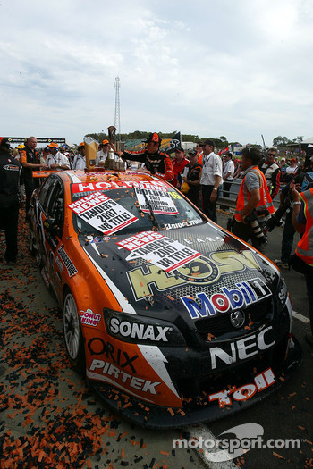 Garth Tander wins the round and the 2007 V8 Supercar Series (Toll HSV Dealer Team Commodore VE)
