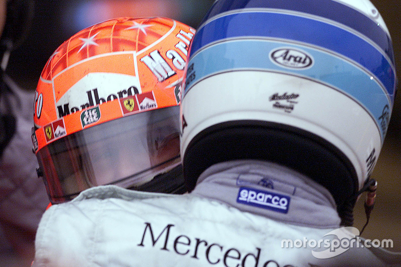 Podium: 1. und Weltmeister 2000: Michael Schumacher, Ferrari, mit Mika Häkkinen, McLaren