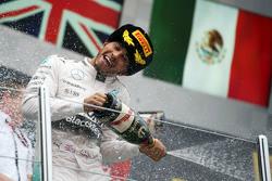 冠军刘易斯·汉密尔顿,梅赛德斯车队,在领奖台上庆祝