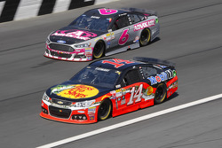 Tony Stewart, Stewart-Haas Racing Chevrolet and Trevor Bayne, Roush Fenway Racing Ford