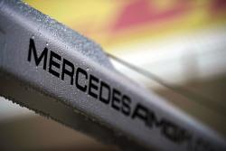 La lluvia cae sobre un logotipo de Mercedes AMG F1