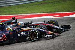 Carlos Sainz Jr., Scuderia Toro Rosso STR10 en Fernando Alonso, McLaren MP4-30 gevecht voor positie