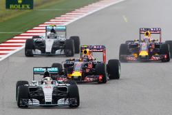 Lewis Hamilton, Mercedes AMG F1 W06 mène au départ de la course