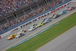 Restart: Joey Logano, Team Penske Ford leads the first attempt at a Green-White-Checker finish