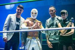 (I a D) Oribe Peralta jugador del equipo América de Futbol, Místico Luchador y Lewis Hamilton, Mercedes