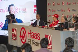 Carlos Slim, directeur América Móvil, Esteban Gutiérrez Haas F1 Team, Gene Haas teameigenaar en Guenther Steiner, directeur van het team.