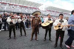 一支墨西哥街头乐队在印度力量车队p房外面
