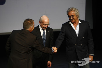 Peter Windsor shakes hands with Flavio Briatore, Managing Director, Renault F1, and Bernard Rey