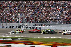 Start: Kyle Busch and Carl Edwards lead the field