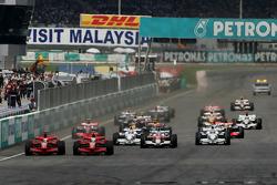 Start: Felipe Massa, Scuderia Ferrari, F2008 battle with Kimi Raikkonen, Scuderia Ferrari, F2008