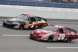 Tony Stewart and Mike Bliss lead the field at the start