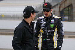 Tomas Scheckter talking with a crew member