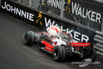 Heikki Kovalainen, McLaren Mercedes after crashing in practice