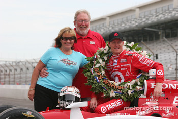 Scott Dixon with his parents Ron and Glenys Dixon