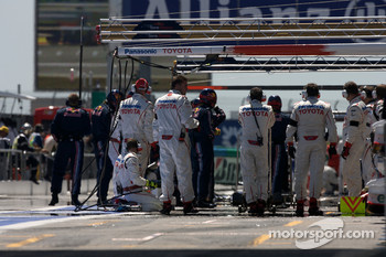 Toyota F1 Team members get ready for refuelling