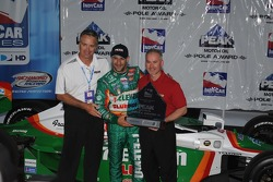 Pole winner Tony Kanaan receiving his pole award