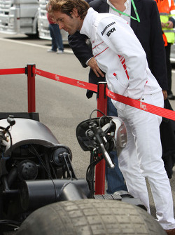 Jarno Trulli, Toyota Racing looks at the batpod