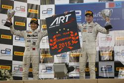 Race 1 winnaar Stoffel Vandoorne en tweede plaats Nobuharu Matsushita, ART Grand Prix met hun team kampioenschap bord
