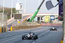 菲利克斯·罗森奎斯特率先冲线,卫冕澳门F3冠军