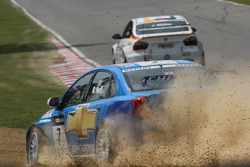 Robert Huff, Chevrolet, Chevrole Lacetti goes off and Jorg Muller, BMW Team Germany, BMW 320si takes the lead