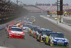 Start: Jimmie Johnson takes the lead