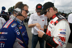 Greg Biffle listens to recommandations from sub driver Colin Braun