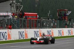Lewis Hamilton take the checkered flag