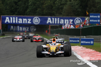Nelson A. Piquet, Renault F1 Team, R28 leads Nick Heidfeld, BMW Sauber F1 Team, F1.08