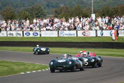 Sussex Trophy race first laps action : Lister jaguar Costin