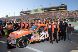 Tony Stewart poses with for Joe Gibbs Racing team members for his last race with the team after a ten year relationship