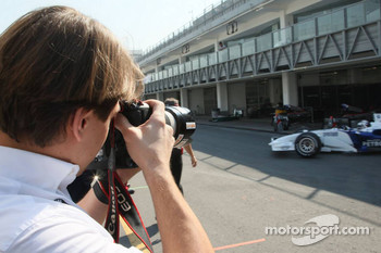 Augusto Farfus takes pictures of Philipp Eng Formula One test with the BMW Sauber F1 Team