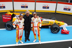 Fernando Alonso, Flavio Briatore and Nelson A. Piquet with the new Renault R29